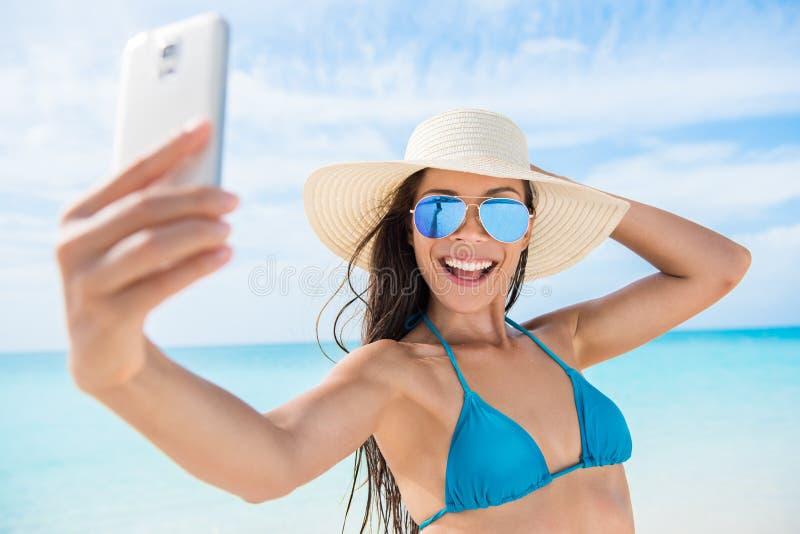 Menina do telefone de Selfie que toma a foto em férias da praia fotografia de stock