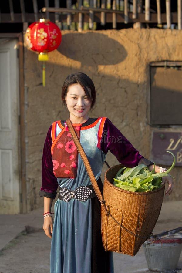 Menina do tribo do monte de Lisu com seu vegetal fotografia de stock royalty free