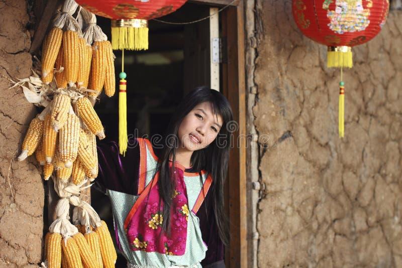 Menina do tribo do monte de Lisu na porta da casa earthen foto de stock