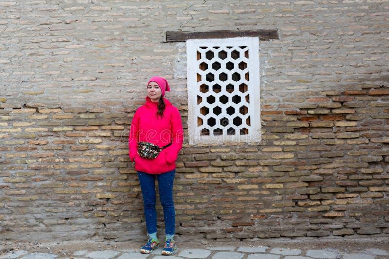 A menina do turista anda em vistas de Samarkand, Usbequist foto de stock royalty free