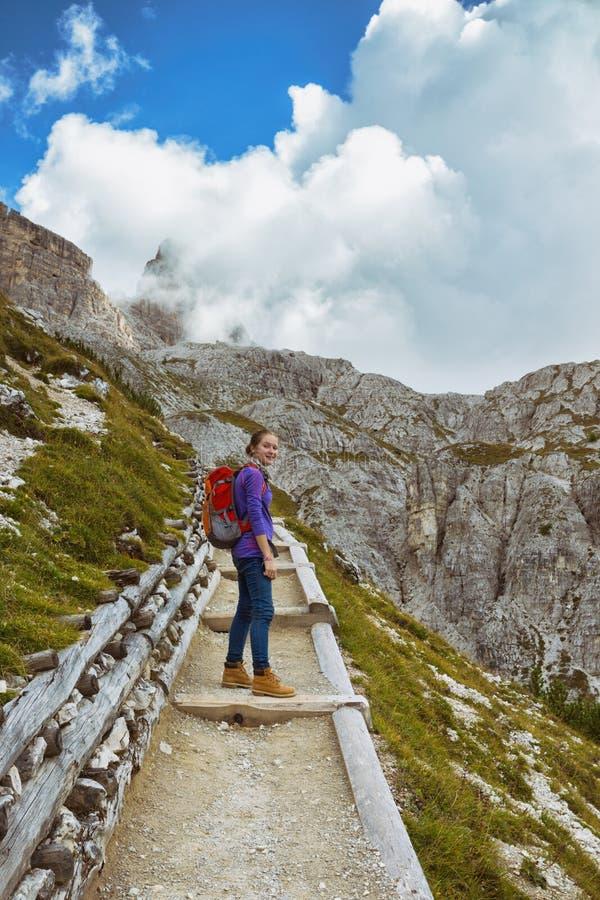 Menina do turista nas dolomites imagens de stock royalty free