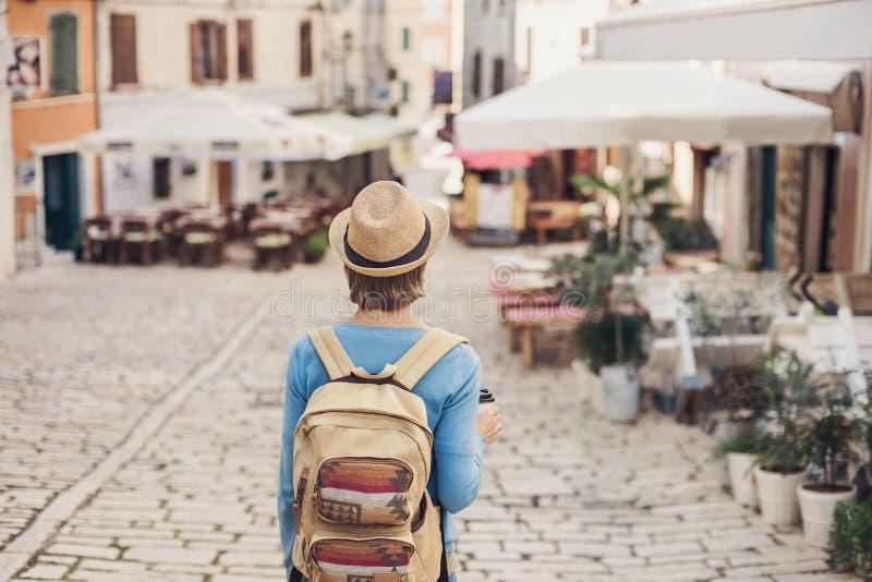 Menina do turista que anda na cidade durante férias Mulher alegre que viaja no exterior no verão curso e conceito ativo do estilo imagem de stock