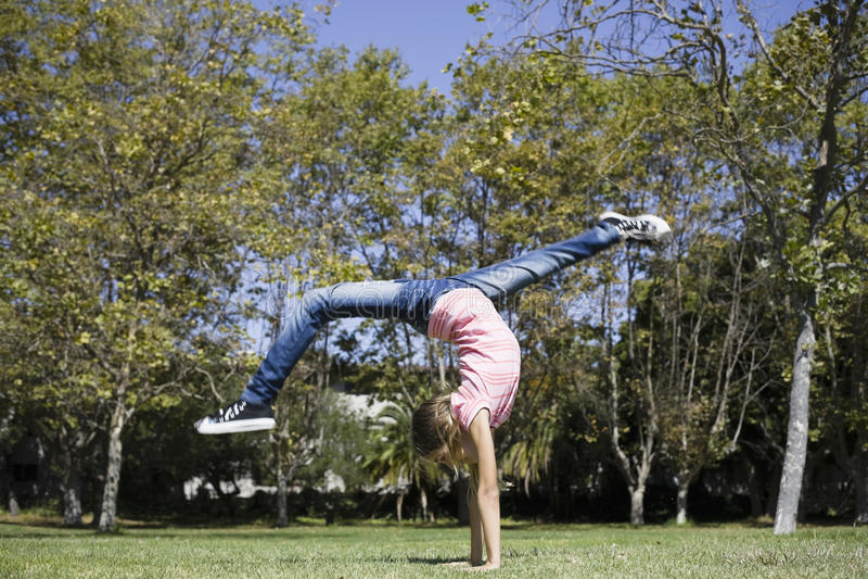 Menina do Tween que faz a ginástica foto de stock