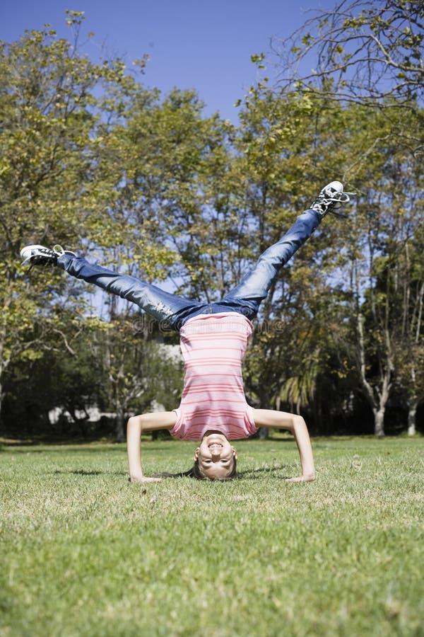 Menina do Tween que faz Headstand fotografia de stock royalty free