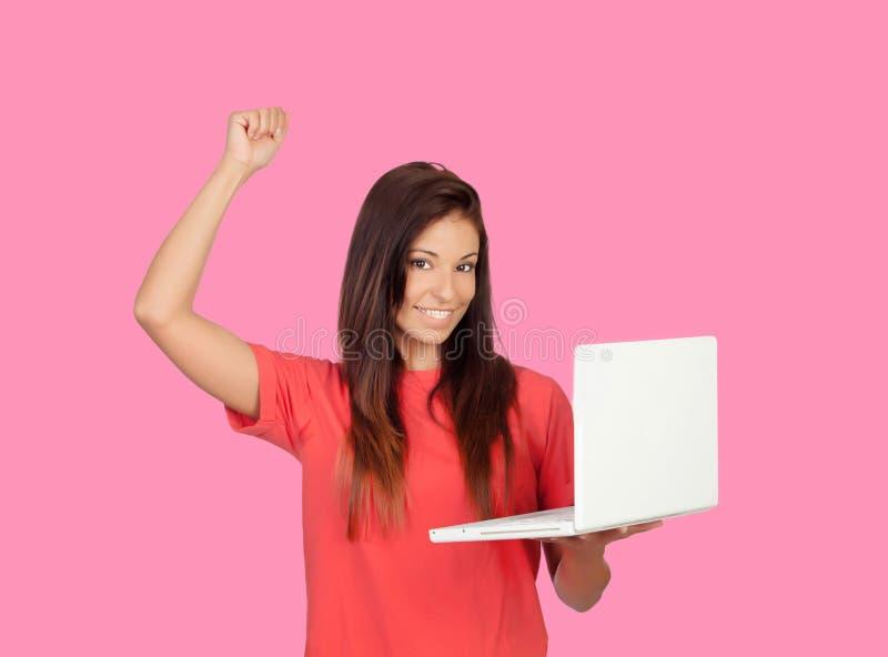 Menina do vencedor com um portátil