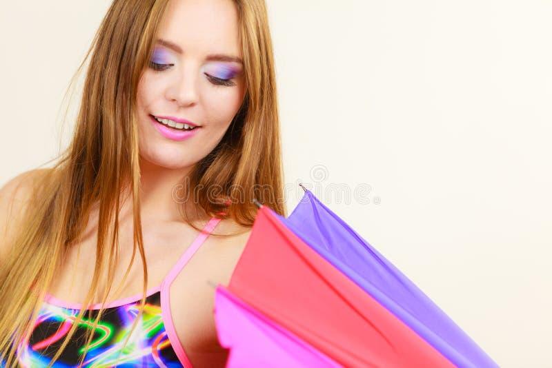 Menina do verão da mulher que abre o guarda-chuva colorido imagem de stock royalty free