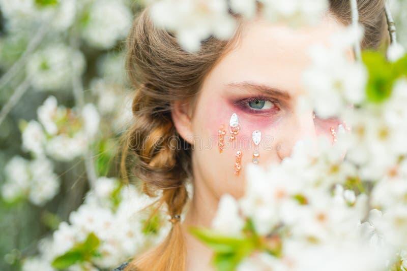 Menina do verão na árvore da flor Férias da primavera cara da previsão de tempo e skincare, a saúde das mulheres Alergia às flore imagem de stock royalty free