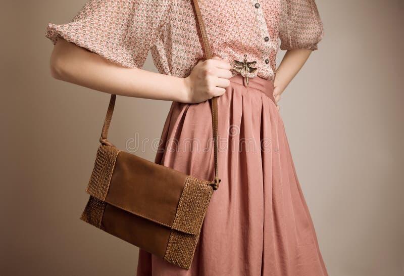 Menina do vintage com bolsa foto de stock