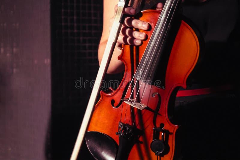 Menina do violinista que guarda um violino imagens de stock royalty free