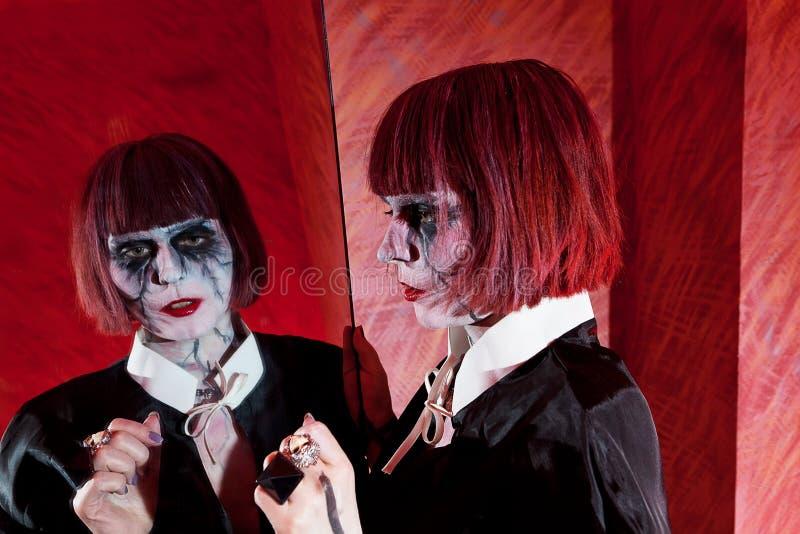 Menina do zombi com cabelo vermelho curto imagens de stock