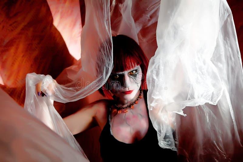 Menina do zombi com véu místico imagem de stock