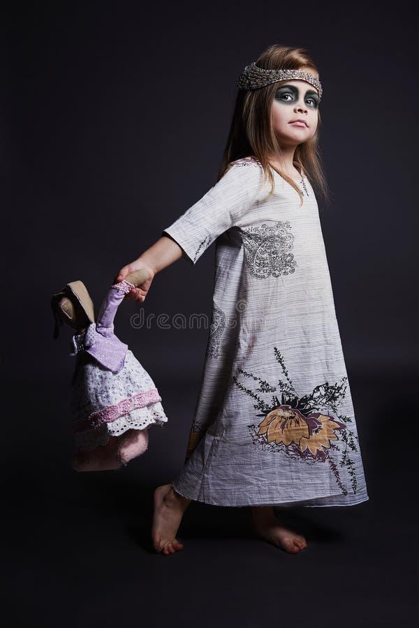 Menina do zombi de Dia das Bruxas criança inoperante de passeio fotos de stock
