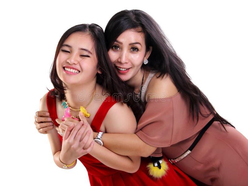Menina doce e sua mãe loving foto de stock
