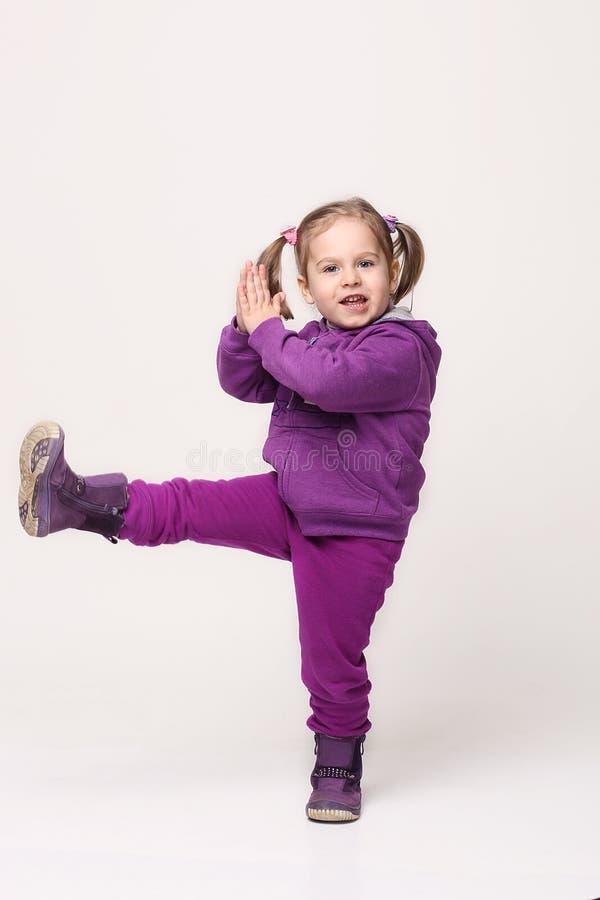 Menina doce em um terno do esporte, litl imagem de stock royalty free