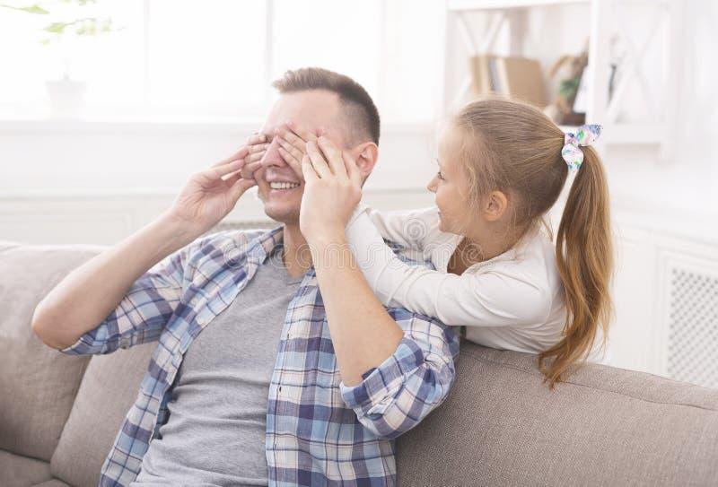 A menina doce está fechando seus olhos do paizinho fotos de stock royalty free