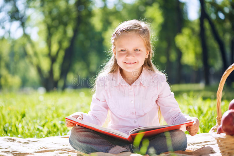 Menina doce no parque fotos de stock royalty free