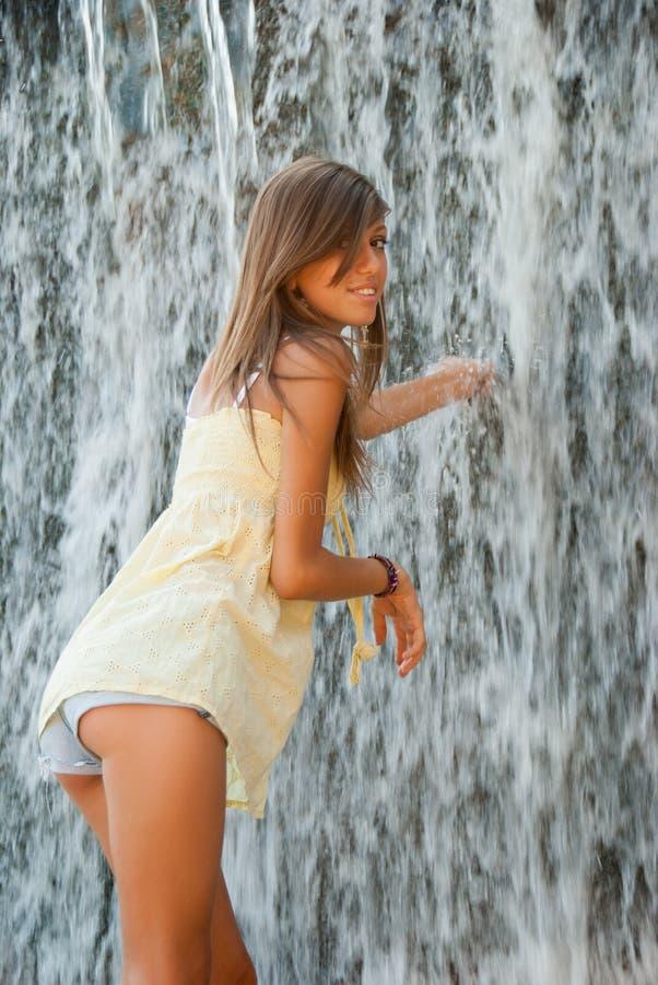 Menina doce próximo do volume de água imagens de stock royalty free