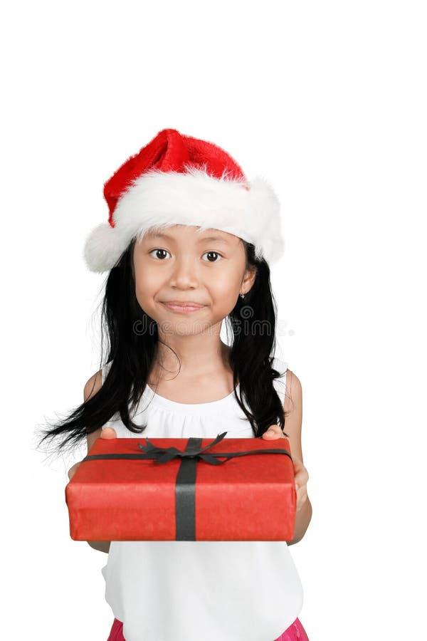 Menina doce que dá o presente do Natal fotografia de stock