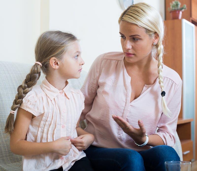 Menina doente com dor no estômago e na mãe preocupada dentro imagem de stock royalty free