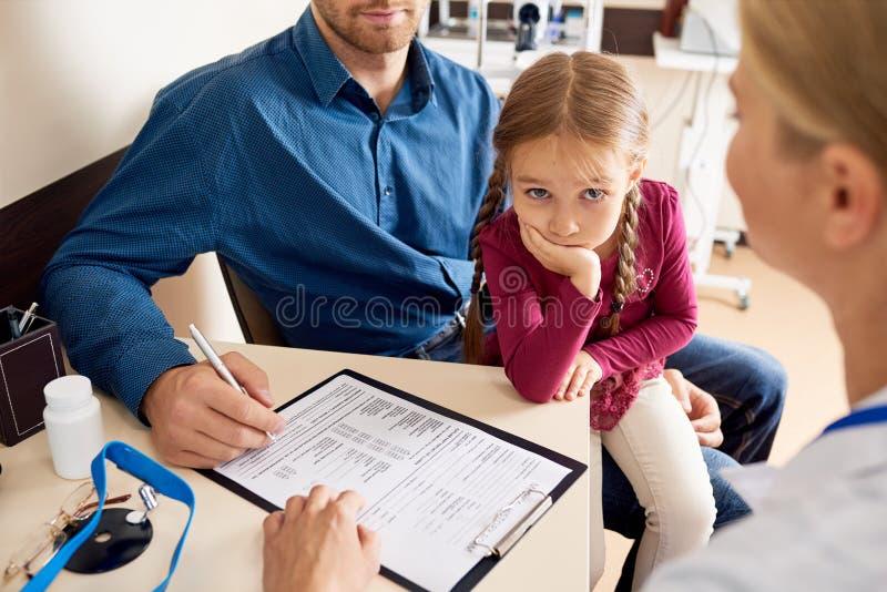 Menina doente nos doutores Escritório fotografia de stock royalty free
