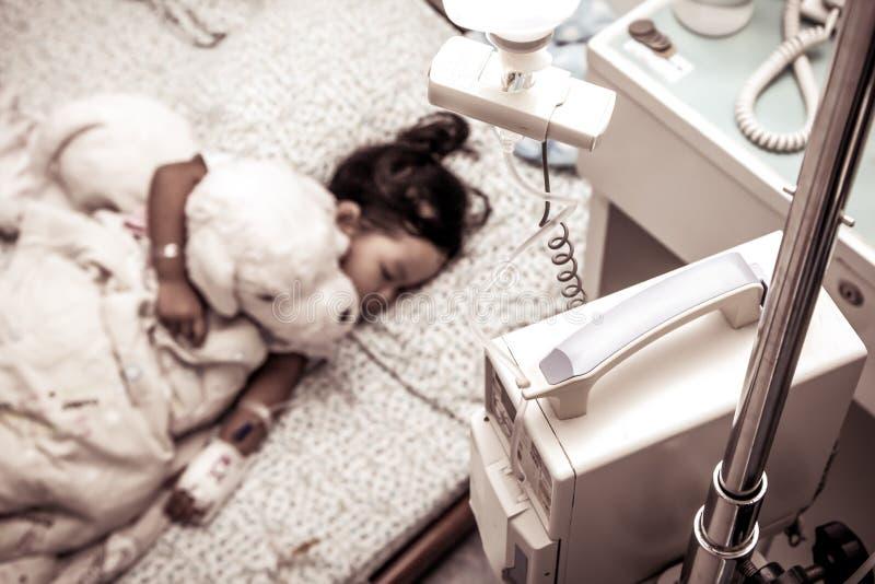 Menina doente que dorme no hospital foto de stock royalty free