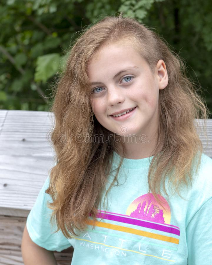 Menina dos anos de idade doze que levanta na ponte de madeira em Washington Park Arboretum, Seattle, Washington fotos de stock