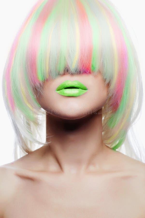 Menina dos penteados do arco-íris com bordos verdes Cabelo colorido foto de stock royalty free