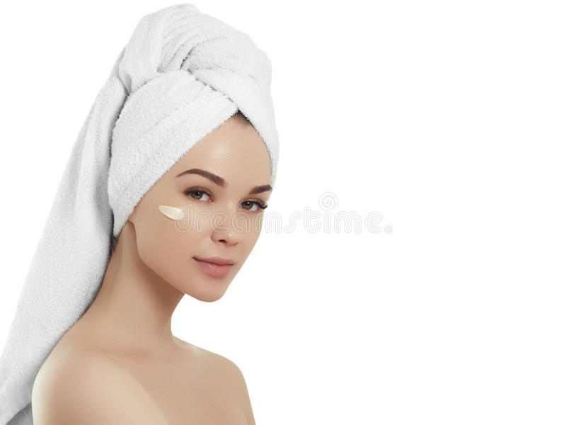 Menina dos termas Jovem mulher bonita após o banho que toca em sua cara Pele perfeita Skincare Pele nova imagens de stock royalty free