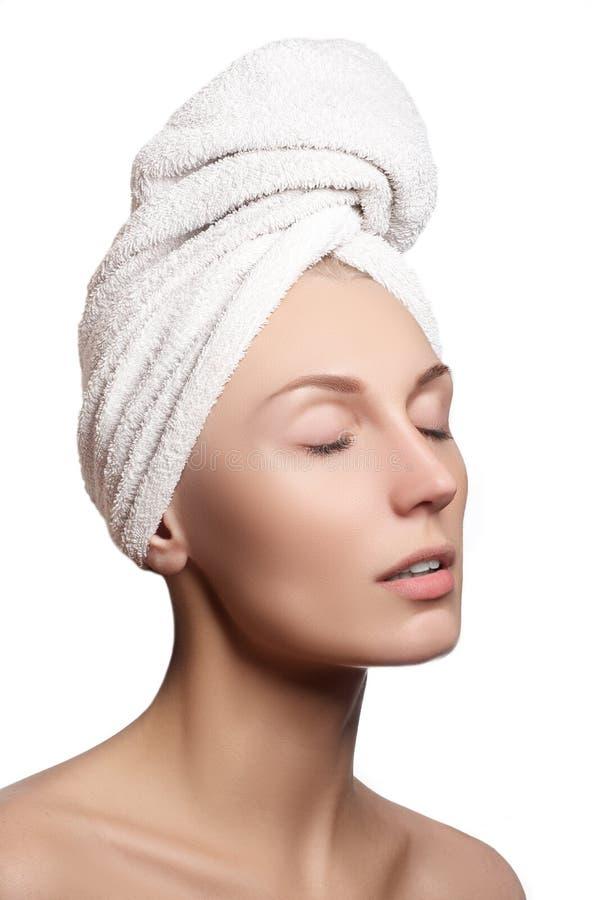 Menina dos termas Mulher nova bonita após o banho Skincare Pele nova Cara bonita da jovem mulher com pele fresca limpa fotos de stock