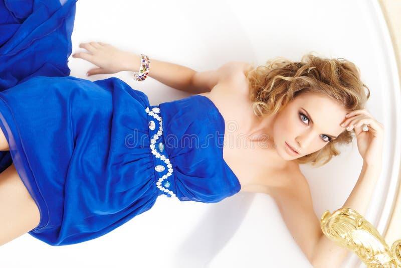 Menina dourada do cabelo que levanta na câmera fotos de stock royalty free
