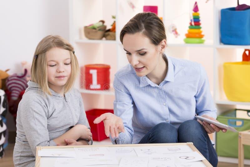 Menina durante a sessão de terapia do jogo fotos de stock royalty free