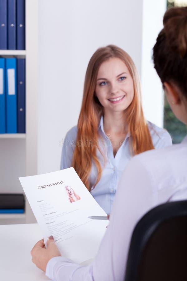 Menina durante uma entrevista de trabalho fotos de stock royalty free