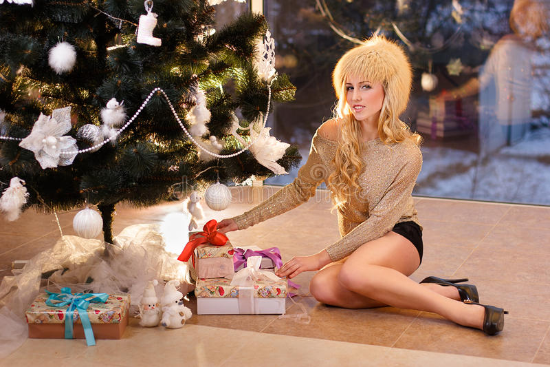 A menina e a árvore de Natal fotos de stock royalty free