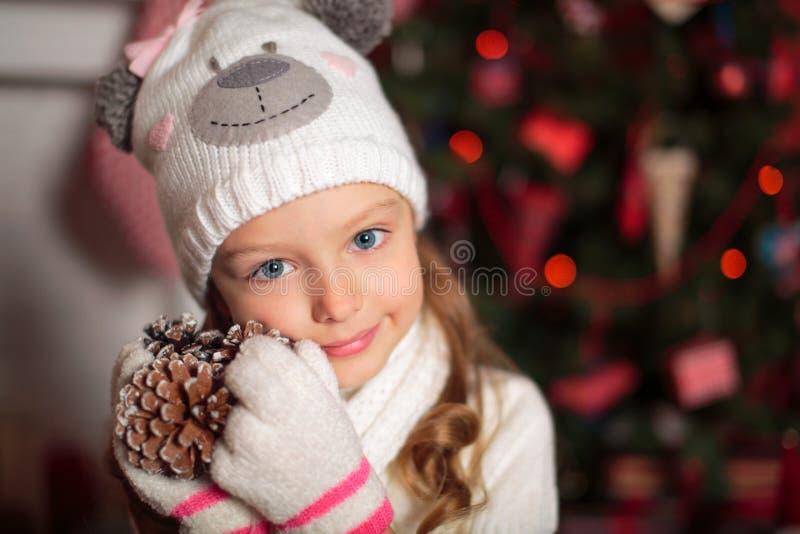 Menina e árvore de Natal bonitas imagens de stock royalty free