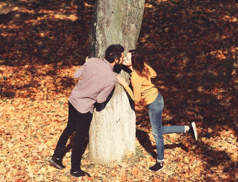 Menina e amantes farpados do indiv?duo ou os felizes no beijo da data imagens de stock royalty free