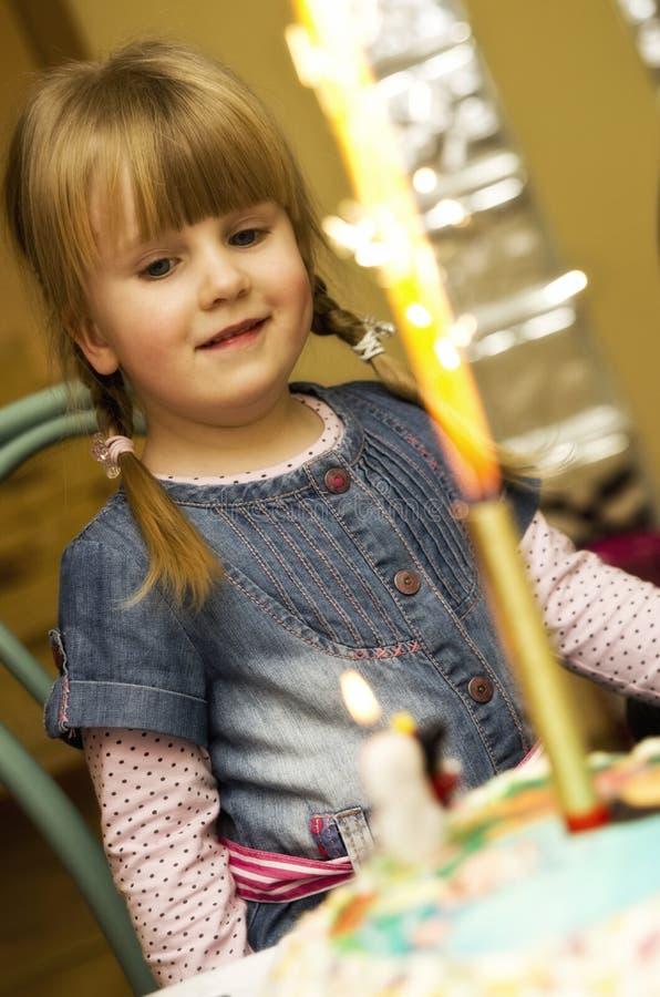 Menina e bolo de aniversário fotografia de stock