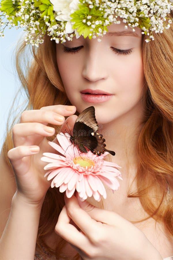 Menina e borboleta bonitas fotografia de stock royalty free