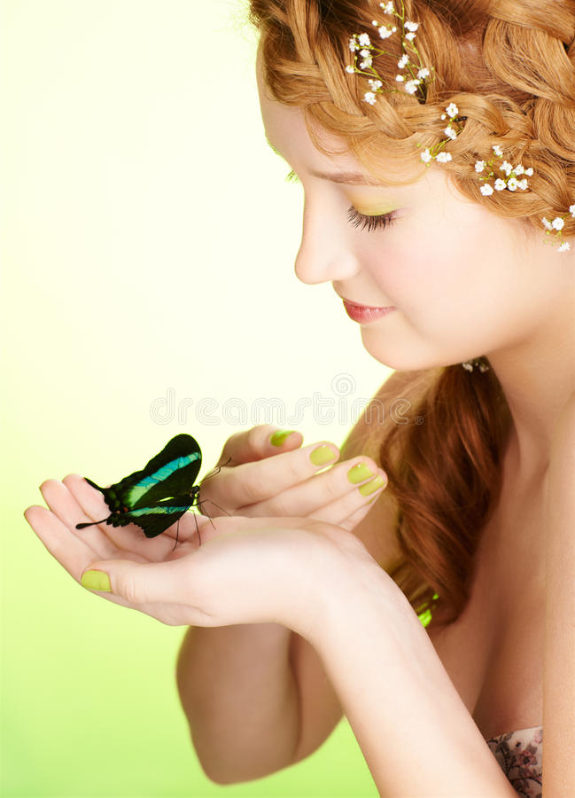 Menina e borboleta bonitas fotos de stock