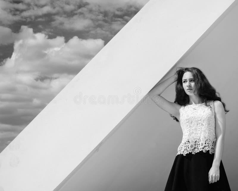 Menina e céu de Monocrhome imagem de stock royalty free