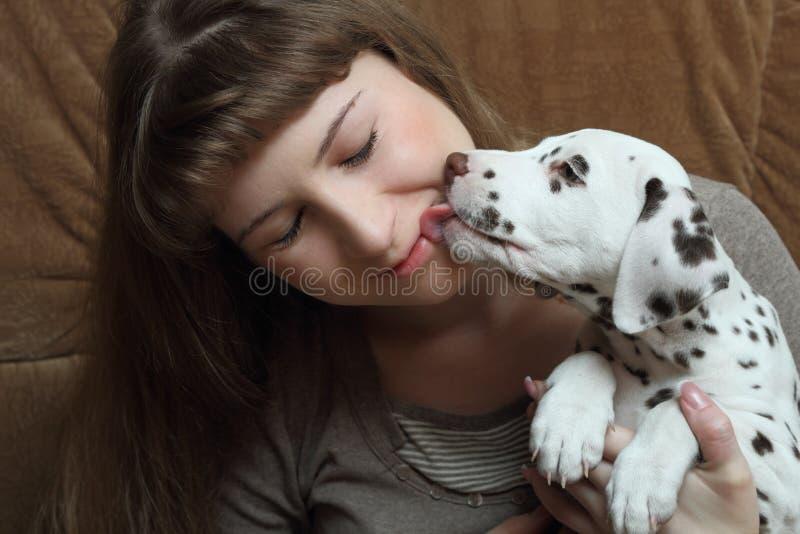 Menina e cachorrinho fotografia de stock royalty free