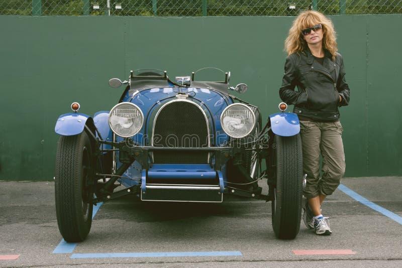 Menina e carro velhos fotos de stock royalty free