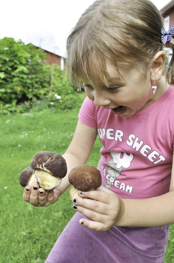 Menina e cogumelos fotos de stock