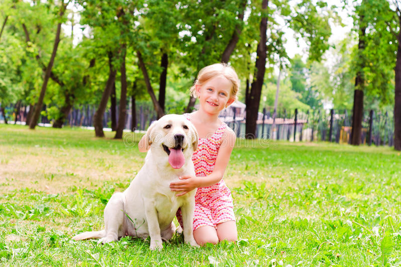 Menina e ela Labrador fotografia de stock
