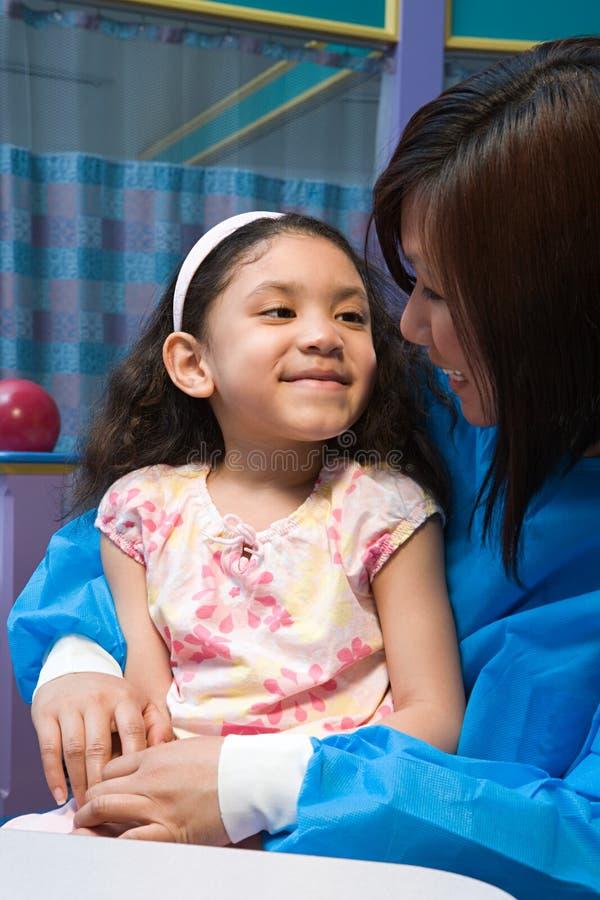 Menina e enfermeira de sorriso fotografia de stock royalty free