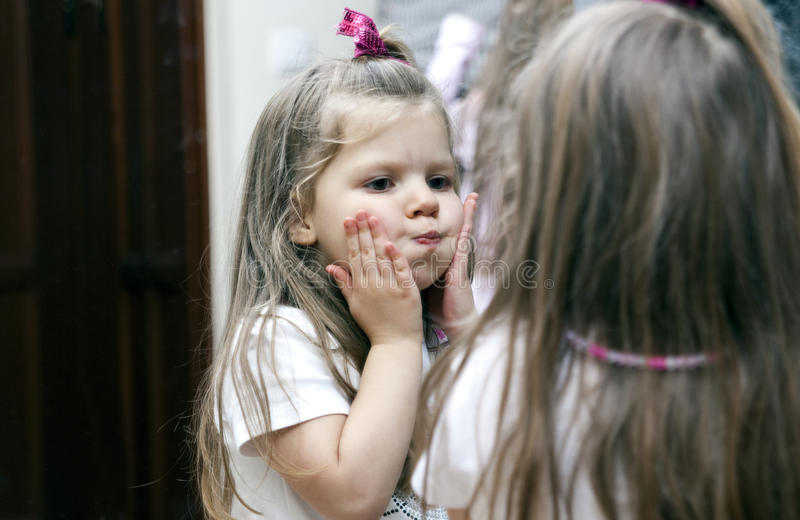 Menina e espelho imagens de stock royalty free