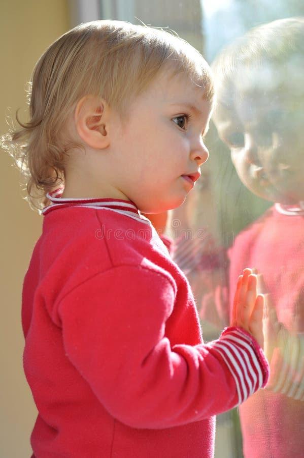 Menina e espelho imagem de stock royalty free