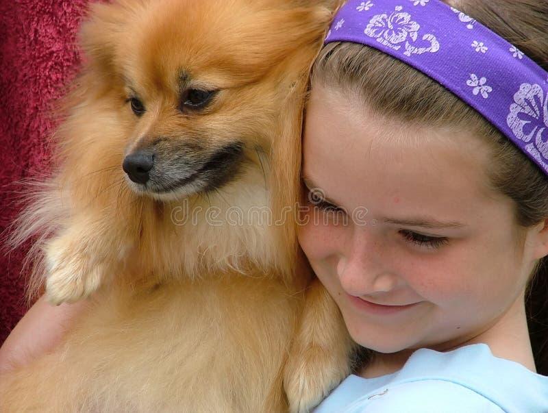 Menina e filhote de cachorro fotografia de stock