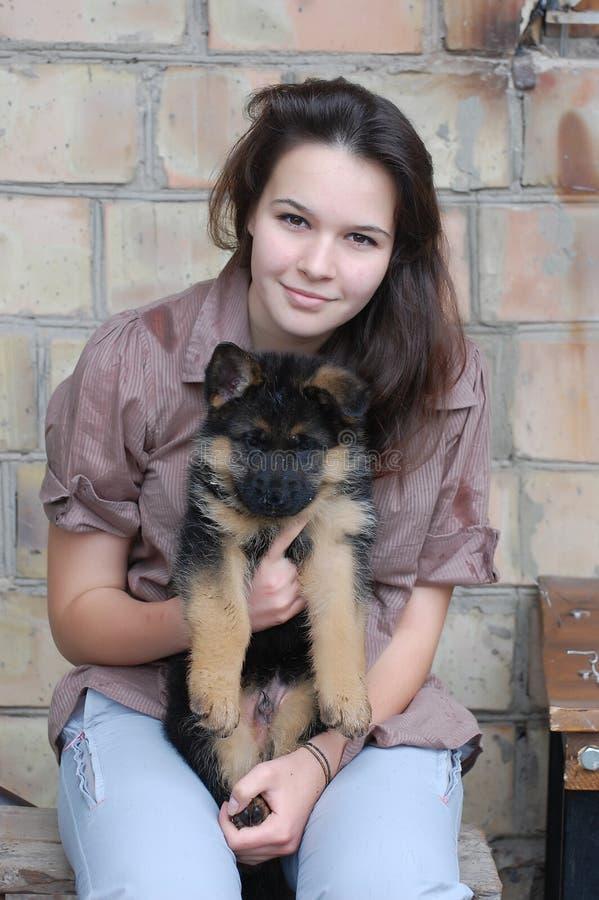 Menina e filhote de cachorro do adolescente foto de stock royalty free