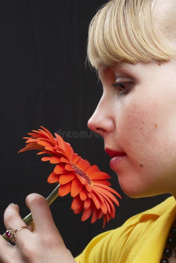 Menina e flor foto de stock royalty free