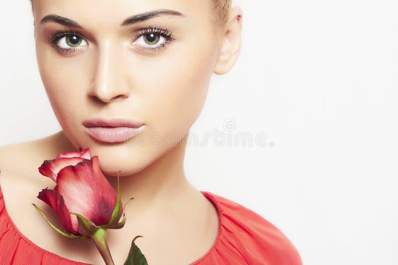 Menina e flor. mulher bonita no vestido vermelho fotos de stock